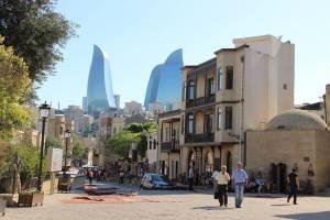 Centro velho de Baku, capital do Azerbaijão. Atrás, as Flame Towers, onde são projetados vídeos e cores durante a noite